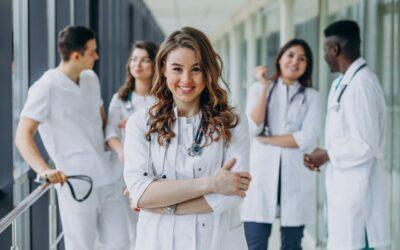 Afronta los retos de estudiar para la especialización de tus sueños con amigos